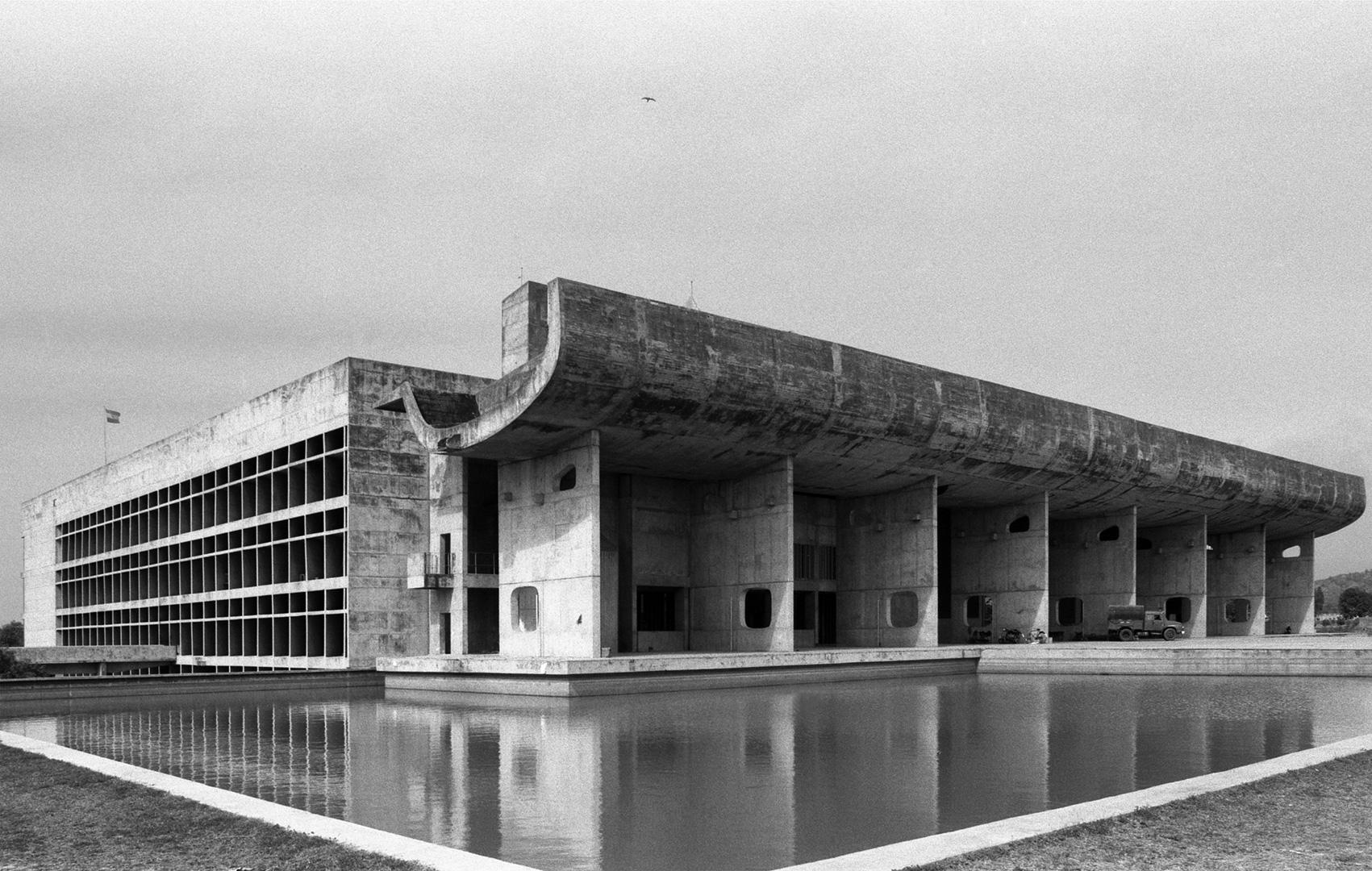 le-corbusier_05_Le_Corbusier_Chadingarh_LC1_927-18-CHA